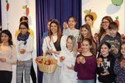 Der Besuch der Apfelkönigin war für die Kinder der krönende Abschluss der alljährlichen Apfelwoche. (Bild: Marco Cappellari)