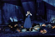 Reine Inszenierung, heruntergekommene Kulisse: Andreas Kriegenburgs Inszenierung von «Lady Macbeth». (Bild: Thomas Aurin/Salzburger Festspiele)