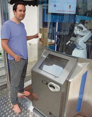 Es funktioniert: Erfinder Matthias Gehring hat sich vom Roboter ein Glace machen lassen. (Bild: Georg Stelzner)