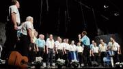 Mit viel Elan erfreuten die Sänger und der Dirigent das Publikum. (Bild: Rudolf Steiner)
