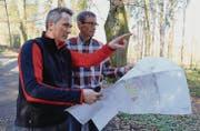 Der ehemalige Rorschacher Revierförster Reto Bless (l.) zeigt seinem Nachfolger Hanspeter Müller das Waldgebiet. (Bild: Linda Müntener)
