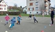 Alles im Blick: Pascal Schneider betreut die Kinder am Fussballnachmittag im Kids-Club der Kinderbetreuung Biberburg. (Bild: Isabella Gómez)