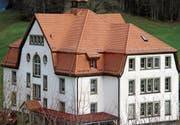 Das von einem Glockentürmchen gekrönte Dach des Schulhauses Wilen präsentiert sich in neuem Glanz. (Bild: Peter Eggenberger)