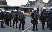 Polizeieinsatz am Rapperswiler Bahnhof bei der Demonstration gegen die Pnos-Veranstaltung in Kaltbrunn. (Bild: Manuela Matt/ZSZ ( 22. Oktober 2016))