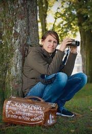 Sandra Preisig: Eine Hebamme, die lieber im Wald auf die Pirsch geht, als Yoga zu machen. (Bild: Urs Bucher)