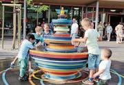 Der Brunnen des Schulhauses Seegarten besteht aus mehrfarbigen Mosaiksteinchen und lädt zum Spielen ein. (Bild: Hedy Züger)