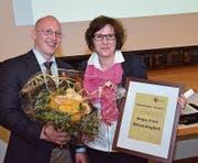 Präsident David Jenni überreicht Sonja Felix Blumen und die Urkunde für die Ehrenmitgliedschaft. (Bild: Christoph Heer)