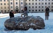 Die St. Galler Regierungsrätin Heidi Hanselmann befreit den Stein TO im Stiftsbezirk vom Schnee. (Bild: Kn.)