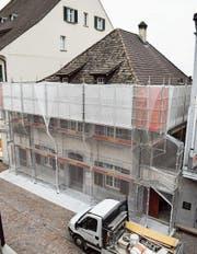 Um nebst den Arbeiten im Innern auch die Fassade sanieren zu können, hüllt ein Gerüst die Rüpplin'sche Kaplanei ein. (Bild: Samuel Koch)