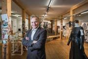 «Wahre Architektur zeigt sich auch hinter der sichtbaren Fassade»: Kurator Ueli Vogt in der Wechselausstellung im Zeughaus Teufen. (Bild: Urs Bucher)