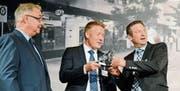 Jury-Präsident Lothar Ritter überreichte den Werdenberger Innovationspreis Andreas Wälti und Marco Padrun (Evatec). (Bild: Hansruedi Rohrer)