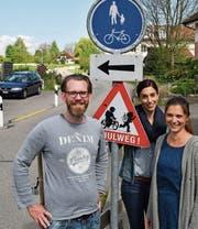 Pascal Reis, Rebekka Schenk und Silvia Steinlin setzen sich für einen sicheren Schulweg auf dem Gebiet der Gemeinde Hefenhofen ein. Sie wollen ihre Kinder nicht mit dem Auto zur Schule fahren. (Bild: Manuel Nagel)
