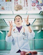 Das ist Doktor Fabian Unteregger, der gerne die Menschen zum Lachen bringt. (Bild: pd)