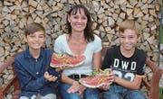 Grund zum Strahlen: Susanne Stadler hat ihre Schuhe wieder zurück. Das freut auch ihre Söhne Jérôme (l.) und Noël (r.). (Bild: Christoph Heer)