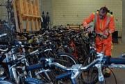 Im Velokeller im alten Werkhof: Markus Wenger kontrolliert ein Velo auf seine Funktionstüchtigkeit. (Bild: Mathias Frei)