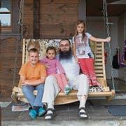 Emir Tahirovic mit seinem Sohn und den beiden jüngeren Töchtern vor seinem Wohnhaus in St.Margrethen. (Bild: Hanspeter Schiess)