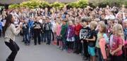 Zum Auftakt des Besuchsabends singen die Kinder «We are the World». (Bild: PD)