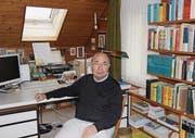 Hier wird getippt, verfasst, überarbeitet und nicht zuletzt auch studiert: Max Schär in seinem «Studierzimmer». (Bild: Franca Hess)