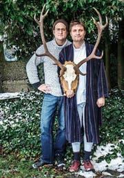 Nando Betschart und Oliver Kühn posieren für das improvisierte Produktionsfoto. (Bild: PD)