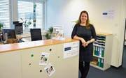 Stellenleiterin Bernadette Götsch freut sich über ihren neuen, hellen Arbeitsplatz – den Empfang der Anlaufstelle für Altersfragen. (Bild: Mario Testa)