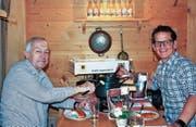Hüttenwart Jürgen Wetzold und Initiator Daniel Schmidli beim Degustieren der Fonduemischung. (Bild: PD)