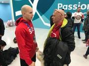 Vater und Sohn im Gespräch nach dem Spiel gegen Tschechien. (Bild: Philipp Kolb)