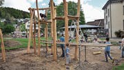 Die Schüler der Primarschule Bichelsee arbeiten fleissig an ihrem neuen Spielplatz. (Bild: Florian Beer)