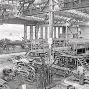 Blick in die Werfthalle in Altenrhein im Jahr 1947: Im Vordergrund werden Tramwagen für die Basler Verkehrsbetriebe montiert, im Hintergrund entstehen Morane-Jagdflugzeuge für die Luftwaffe. (Bild: Dornier/SGEG)