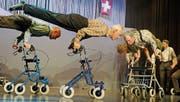 Die Männerturner zeigen ihre Show mit Rollatoren. (Bild: Rudolf Steiner)