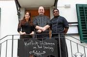 Daniela Rota, Tobias Mula und Kajanthan Kanagasutharam vor dem «Weinberg». (Bild: Christine Luley)