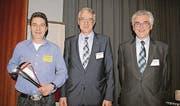 Regierungsrat Paul Signer (Mitte) ehrte Thomas Ochsner und verabschiedete Ernst Bischofberger als Assekuranzdirektor. (Bild: gr)