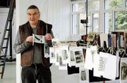 Bilder, die Fritz Franz Vogel keiner szenischen Darstellung zuordnen kann, zeigt er aufgehängt an langen Stangen. (Bild: Dieter Ritter)