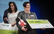 Heidi Diethelm mit der Auszeichnung und dem Check über 2000 Franken. (Bild: Reto Martin)
