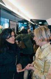 Gespräche im Cinema-Luna-Foyer: Katharina Portmann (rechts) von der Solidaritätsgruppe Frauenfeld und eine Kinogängerin. (Bild: Isabelle Schwander)