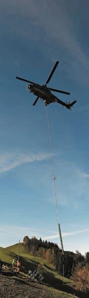 Der Transporthelikopter der Armee flog gestern die Masten des ehemaligen Skilifts in Schwellbrunn weg. (Bild: PAG)