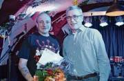 Preisübergabe im Lion-Cave: Jonny Gauer, Wartauer Kulturpreisträger 2017 (links) und Andreas Bernold, Gemeinderat und Vorsteher des Ressorts Umwelt und Kultur. (Bild: Adi Lippuner)