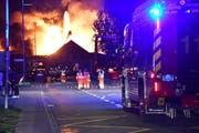 Die Feuerwehr war beim Grossbrand in Egnach stark gefordert. (Bild: Manuel Nagel)
