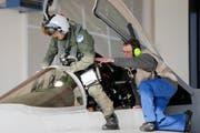 Startklar: Ein Pilot steigt in ein F/A-18-Flugzeug. (Bild: Keystone)
