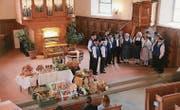 Der Jodlerclub Edelwyss singt neben dem Altar am Erntedankgottesdienst. (Bild: Therese Schurter)