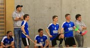 Die Trainer Tobias Frehner (zweiter von links) und Hans Sturzenegger (rechts) sehen mit ihren Teamkameraden das Unheil im Spiel gegen Laupen förmlich kommen. (Bild: Robert Kucera)