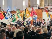 Der Fahneneinzug der acht Chöre wurde mit musikalischer Unterstützung des Musikvereins Buchs-Räfis abgehalten. (Bild: Julia Kaufmann)