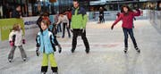 Bereits am ersten Nachmittag tummelten sich kleine und grosse Eisläufer in der «Gass». (Bilder: Katharina Rutz)