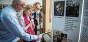 Museumspräsident Eugen Fahrni zeigt Prodolliet-Enkelin Kartin Routamo-Saatela und ihrem Mann Jarkko Routamo die Bildgalerie auf dem Touch-Screen. (Bilder: Reto Martin)
