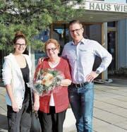 Die langjährige Mitarbeiterin Hauswirtschaft, Zdenka Tusek (Mitte), wird von Tamara Eberle, Leiterin Hauswirtschaft, und Thomas Herold, Leiter Hotellerie, verabschiedet. (Bild: PD)