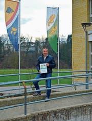 Gemeindepräsident Othmar Schmid präsentiert die Energiepreis-Urkunde auf dem Brüggli vor dem Gemeindehaus in Amlikon. (Bild: Mario Testa)