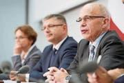 An der Seite von Bundesrat Ueli Maurer (rechts) weibelt die Basler SP-Regierungsrätin Eva Herzog für die Steuerreform. (Bild: Marcel Bieri/KEY)