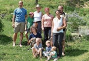 Manuela und Marcel Schmid (rechts) mit ihren Mitarbeitern auf ihrem Hof Morgarot. (Bild: Sara Leu)