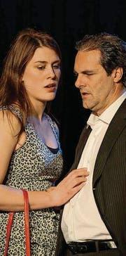 Kommen sich näher: Nina (Andrea Zwicky) und Martin (René Schnoz). (Bilder: Udo Sollberger)