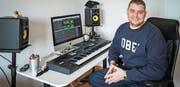 Ein seltenes Bild, denn der 31-jährige Arboner Sandro Laganaro produziert seine Beats meist nachtsüber. Obschon er erst seit einigen Jahren als Musikproduzent arbeitet und sich dafür alles selbst beigebracht hat, durfte er bereits mit namhaften Künstlern wie etwa KC Rebell oder Separate arbeiten. (Bild: Reto Martin)