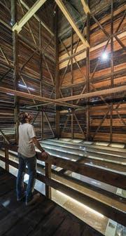 Sowohl im grossen Raum im westlichen Teil des Tröckneturms (links) als auch unter der Auskragung des Dachgeschosses (rechts unten) wurden einst Tücher zum Trocknen aufgehängt. (Bilder: Hanspeter Schiess)